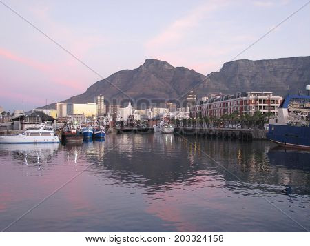 SUN SETTING OVER THE VICTORIA AND ALFRED WATERFRONT, CAPE TOWN, SOUTH AFRICA
