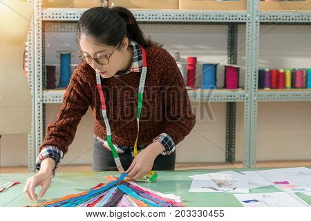 Female Clothing Maker Sort Out Many Color Zipper