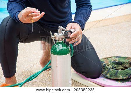 Explain how to use oxygen cylinder near pool