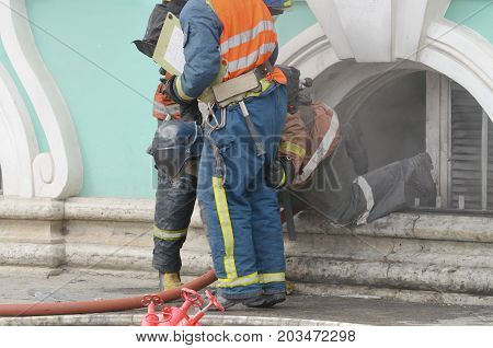Firefighters to extinguish the fire.This is a difficult and risky job.