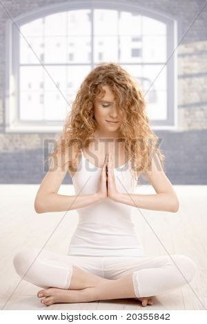 Junge attraktive Frau praktizieren Yoga, meditieren im Gebet Pose, Augen geschlossen, auf Fußboden.?