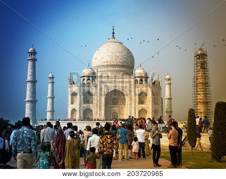 AGRAINDIA- November 16 2016 : Taj Mahal is a marble tomb with a legend of love. On holiday a lot of people visit this place.