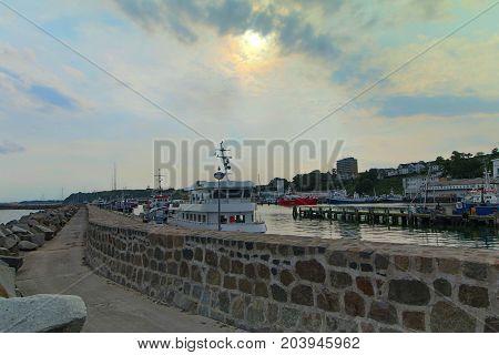 Fischereihafen Sassnitz auf Rügen Sonnenuntergang  Ausflugsdampfer Schiffe