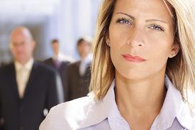 mujer de negocios seguros con equipo detrás de ella