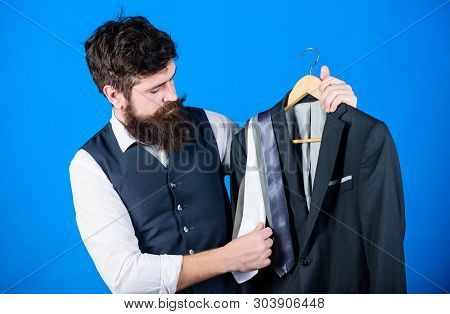 Difficulty Choosing Necktie. Shop Assistant Or Personal Stylist Service. Matching Necktie Outfit. Ma