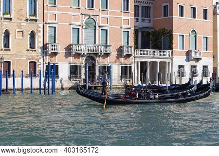Venice, Italy-september 21, 2017: Venetian Gondolier Rowing Through The Grand Canal. Gondola Is Icon