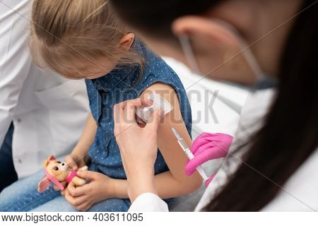 An Apprentice From A Medical University With A Good Approach To Young Children Encourages A Girl Who