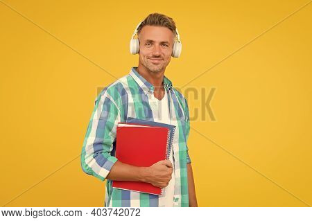 Free Courses. Audio Courses. Learning English. Modern Technology. Audio Book Concept. Worldwide Know