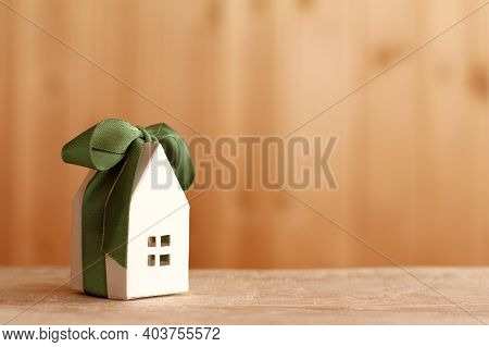 Layout Paper The House With Green Ribbon And Bow. Holiday Offer To Stay