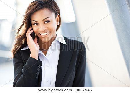 Schwarz geschäftsfrau am Telefon