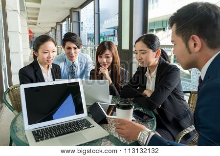 Group of business people dicuss the project planning