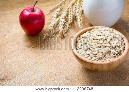 Rolled oats, milk and red apple