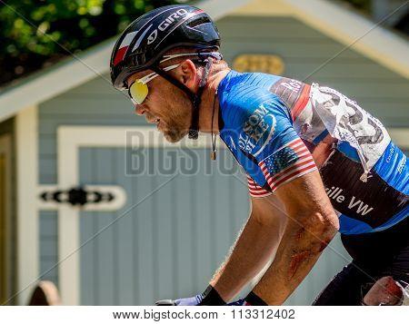 Cyclist competitor rides despite injury after crashing