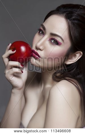 Photo of Vixen Eve holding Apple to kiss