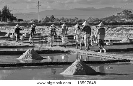 Group salt farmers salt burden on salt pans