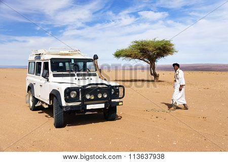 MOROCCO - OCTOBER 27, 2015 : Unidentified berber man in Sahara Desert, Morocco, Africa