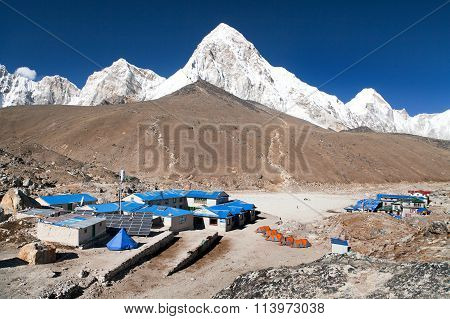 Gorak Shep village, mount Pumo Ri and Kala Patthar