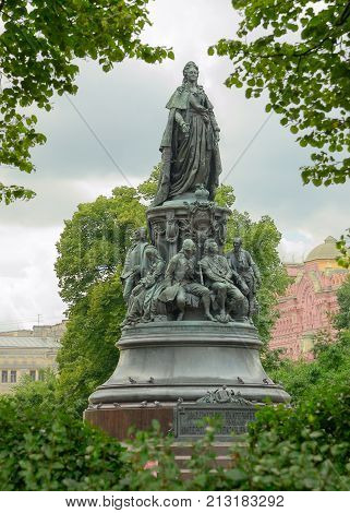 05.08.2016.Russia.Saint-Petersburg.Monument to Catherine the great and below - eminent statesmen.