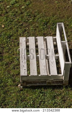 movable white garden bench made of wooden pallets - upcycling europallets