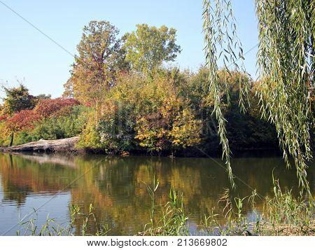 Autumn on the lake shore, at Mogosoaia Palace