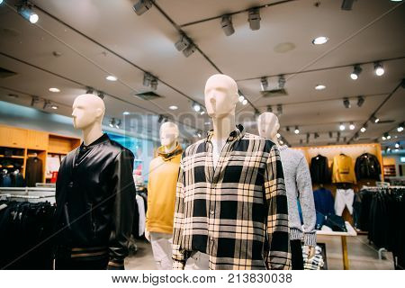 Mannequins Dressed In Male Man Casual Clothes In Store Of Shopping Center.