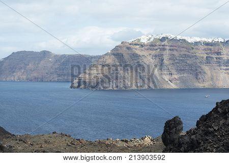 Die Landschaft auf das Meer und die bergige Insel mit den sonnigen Tag.