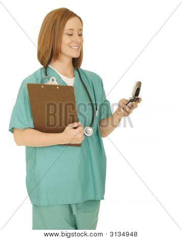 Krankenschwester überprüfen Telefon