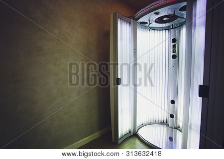 Vertical Tanning Turbo Solarium Light Machine With Glowing Blue Light Ultraviolet Lamps For Tanning