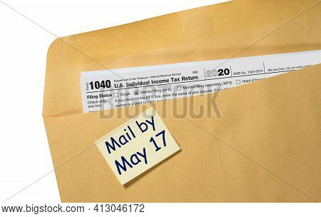 Printed Copy Of Form 1040 For Income Tax Return For 2020 With Reminder For May 17 2021 Deadline