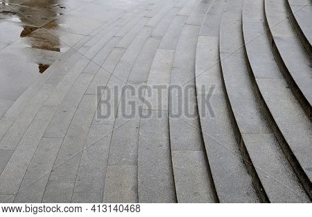 The Large-capacity Staircase In Front Of Public Buildings Fulfills A Representative And Decorative F