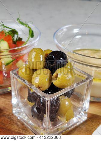 Olives Dans Un Bol Closeup Sur La Table Dans Un Restaurant