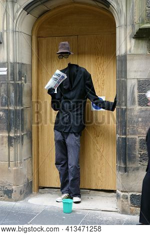 Edinburgh, Scotland, Uk - August 19, 2011: Street Entertainer Portraying An Invisible Man At The Edi