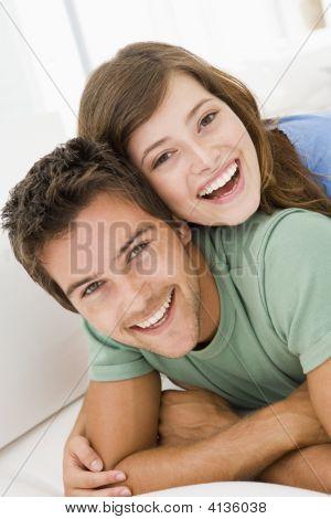 リビング ルームを笑顔でカップル