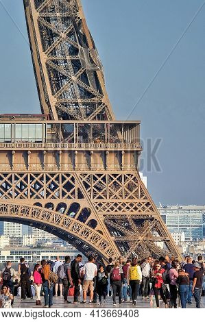 Paris, France - May 5, 2018 : Tourists Enjoying A Sunny Day In Front Of The Eiffel Tower In Paris Fr