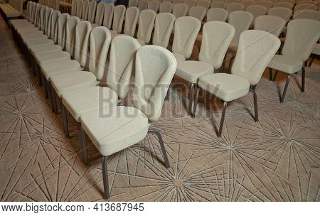 White Chairs In The Conference Room. Empty Seat In Conference Meeting Hall . White Chairs In The Con