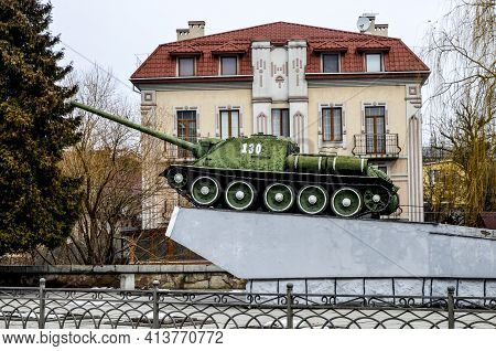 Monument To Old Military Tank Su-100.monument To Liberating Soldiers In Rivne, Ukraine