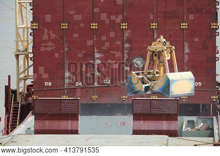 Loading And Dischargind Operation Of Bulk Cargo Bauxite On Bulk Carrier Ship Using Grab Bucket