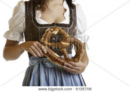 Bayerische Mädchen im Dirndl Tuch halten Oktoberfest Brezel