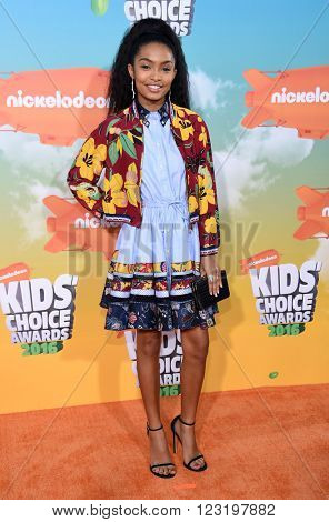 LOS ANGELES - MAR 12:  Yara Shahidi arrives to the Nickeloden's Kid's Choice Awards 2016  on March 12, 2016 in Hollywood, CA.