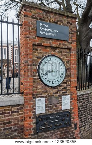London, Uk - Circa March 2012: Shepherd 24-hour Gate Clock And Public Standards Of Length In Royal G