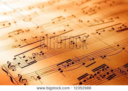 Blad van muzikale symbolen met warme verlichting