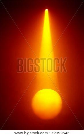 oranje licht in mistige sfeer