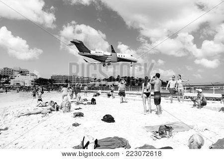 Beach Observe Low Flying Airplanes Landing Near Maho Beach