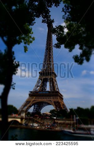 The Eiffel Tower is an iron tower 324 meters in height puddié (with antennas) situated in Paris, in the northwest extremity of the park of Champ-de-Mars in border of the Seine in the 7th district. Built by Gustave Eiffel and his collaborators for the Worl