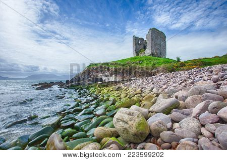 Minard Castle was built by the Knight of Kerry and destroyed by the forces of Oliver Cromwell. Walter Hussey had a garrison in the castle in 1641. The castle was beseiged by Colonels Lehunt and Sadler.