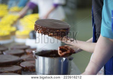 Preparation of chocolate cake. Smear the glaze