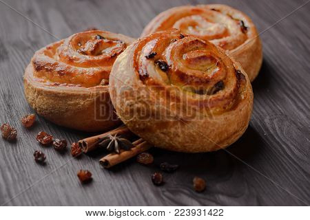 Bun with raisins,bun,sweet bun,bun with raisins and cinnamon