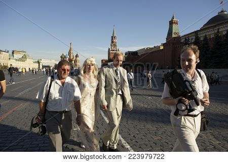 MOSCOW, RUSSIA: NEWLY MARRIED COUPLE WALKING IN RED SQUARE, 30TH SEPTEMBER 2005, MOSCOW RUSSIA