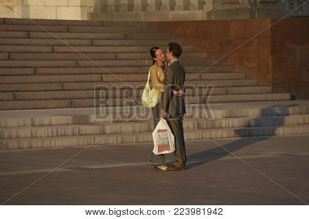 MOSCOW, RUSSIA: ATTRACTIVE YOUNG COUPLE HUGGING IN FRONT OF CATHEDRAL OF CHRIST THE SAVIOUR SUMMER EVENING, 30TH SEPTEMBER 2005, MOSCOW RUSSIA