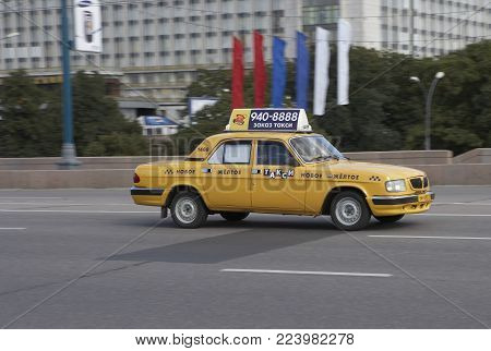 MOSCOW, RUSSIA: YELLOW TAXI CAB ON MOSKVORETSKIY BRIDGE, 30TH SEPTEMBER 2005, MOSCOW RUSSIA